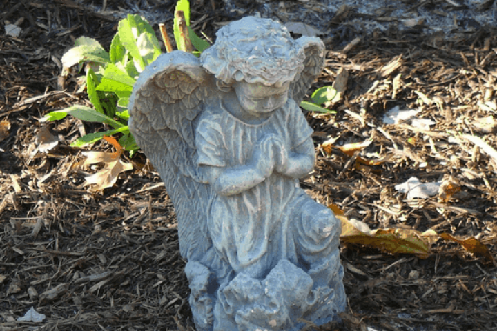 statue of child angel praying